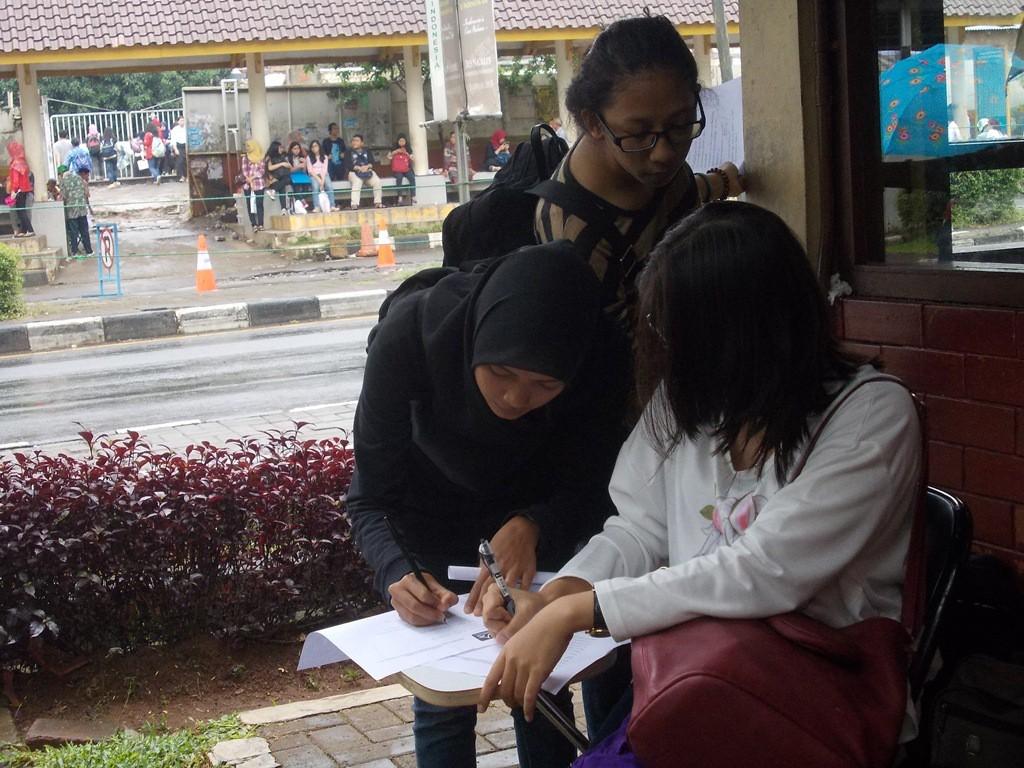 Teman-teman calon anggota sedang mengisi formulir