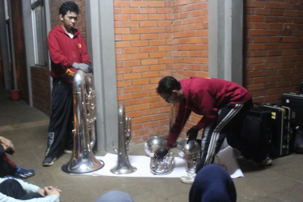 Firas dan Ilham sedang menjelaskan alat brass